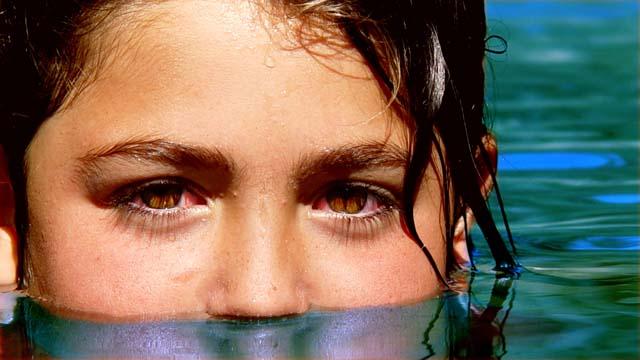 Tiểu ra bể bơi là một trong những tác nhân tạo chất có hại gây đỏ mắt, sổ mũi, mất tiếng khi bơi lâu post thumbnail image