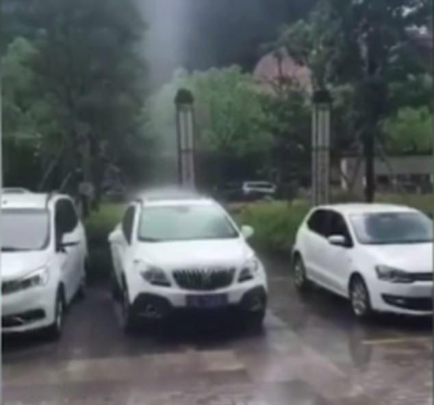Video lan truyền mạnh: mưa chỉ rơi trúng chỗ 1 chiếc ô tô, xung quanh khô ráo, chuyên gia thời tiết phải vào cuộc xác định thật giả post thumbnail image